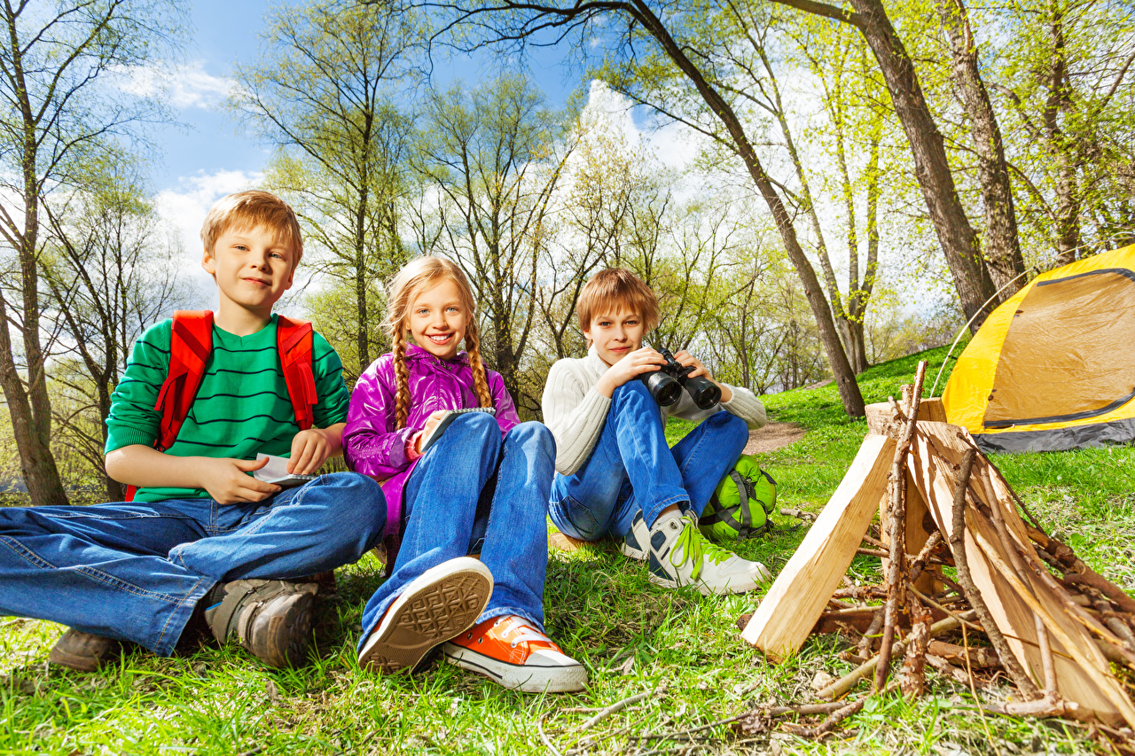 Three_3_Boys_Little_girls_Sitting_Glance_Bonfire_552520_1280x853