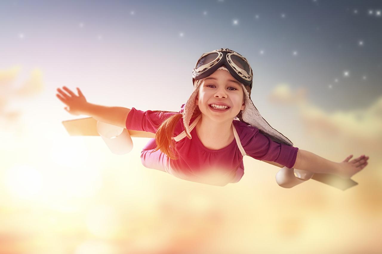Little_girls_Flight_Glasses_Hands_Smile_551076_1280x854