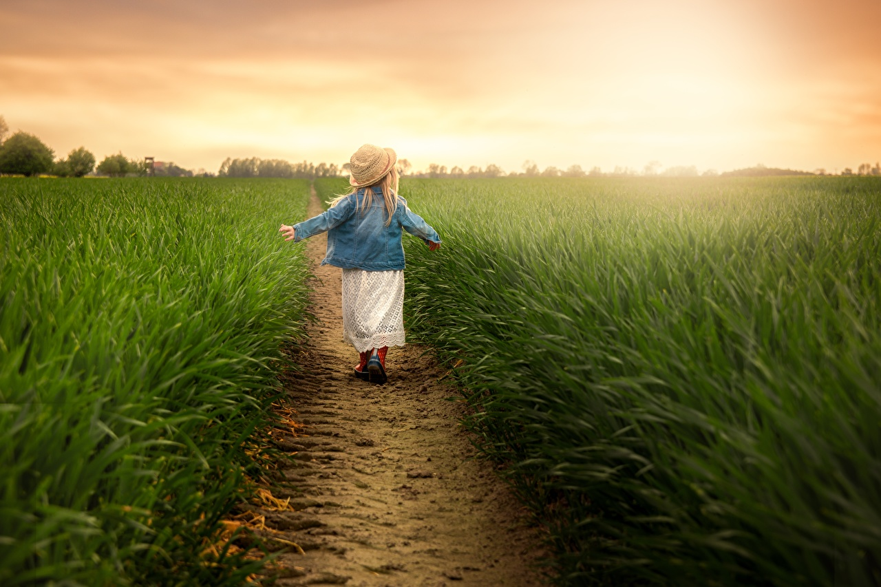 Fields_Trail_Grass_Little_girls_Hat_Jacket_Back_578454_1280x853