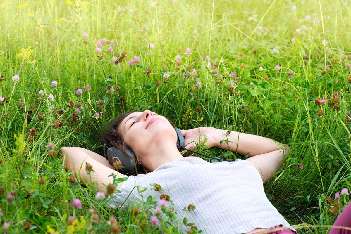 Grass_Headphones_Hands_Lying_down_Rest_602691_1280x854