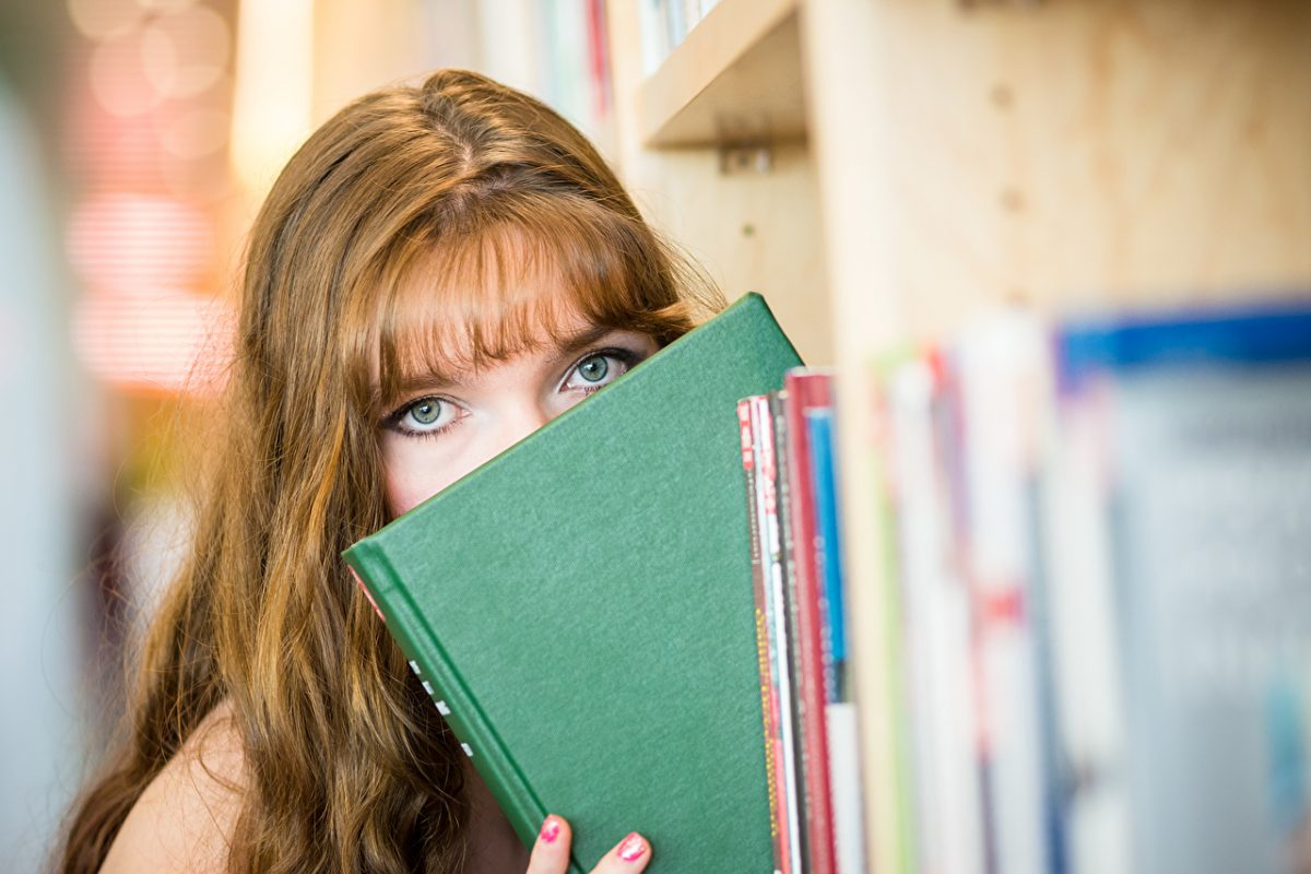 Book_Glance_Brown_haired_490212 (1)